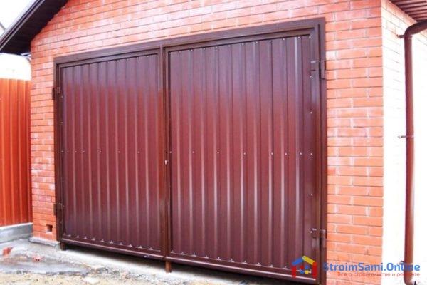 На фото: распашные ворота для гаража
