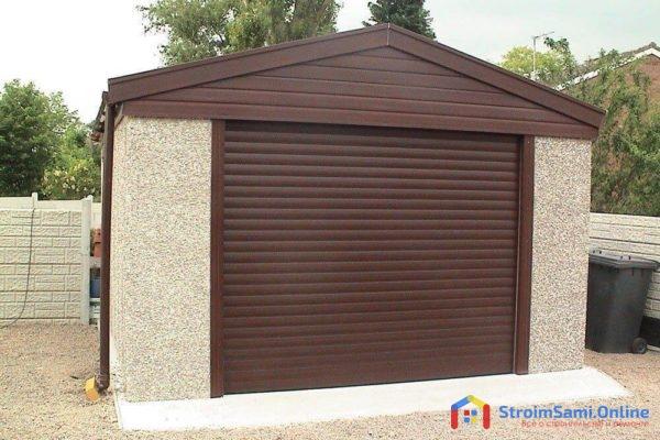 На фото: рулонные ворота для гаража