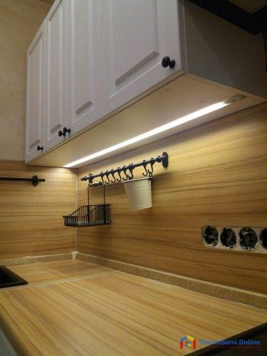 На фото: кухонный гарнитур с хромированной сушкой, ящиками с итальянскими доводчиками FGV TEN, пластиковым цоколем и текстурированным плинтусом, фасадами МДФ с пленкой ПВХ.
