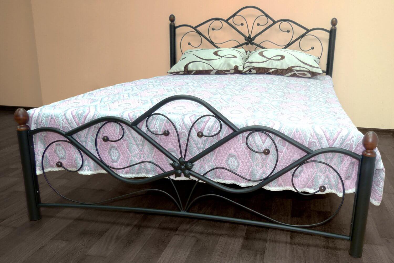 На фото: кованая кровать в интерьере
