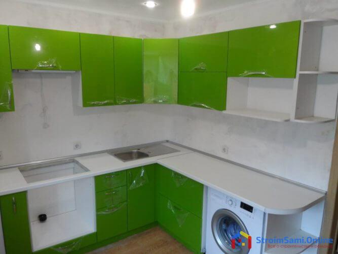 На фото: кухонный гарнитур с МДФ фасадами и пленкой ПВХ