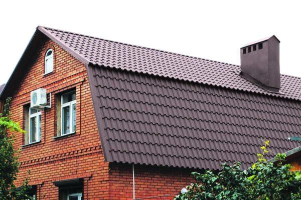 На фото: крыша дома из металлочерепицы