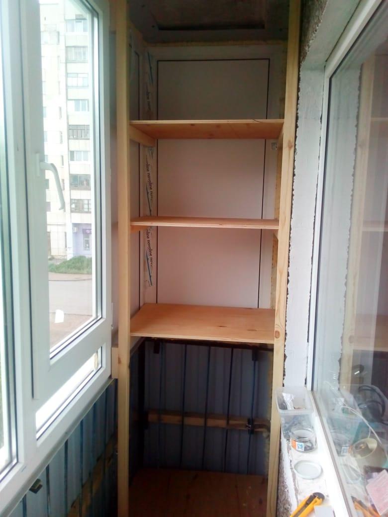 Фото 33: из остатков брусков и фанеры сделал небольшой стеллаж с полками для хранения вещей