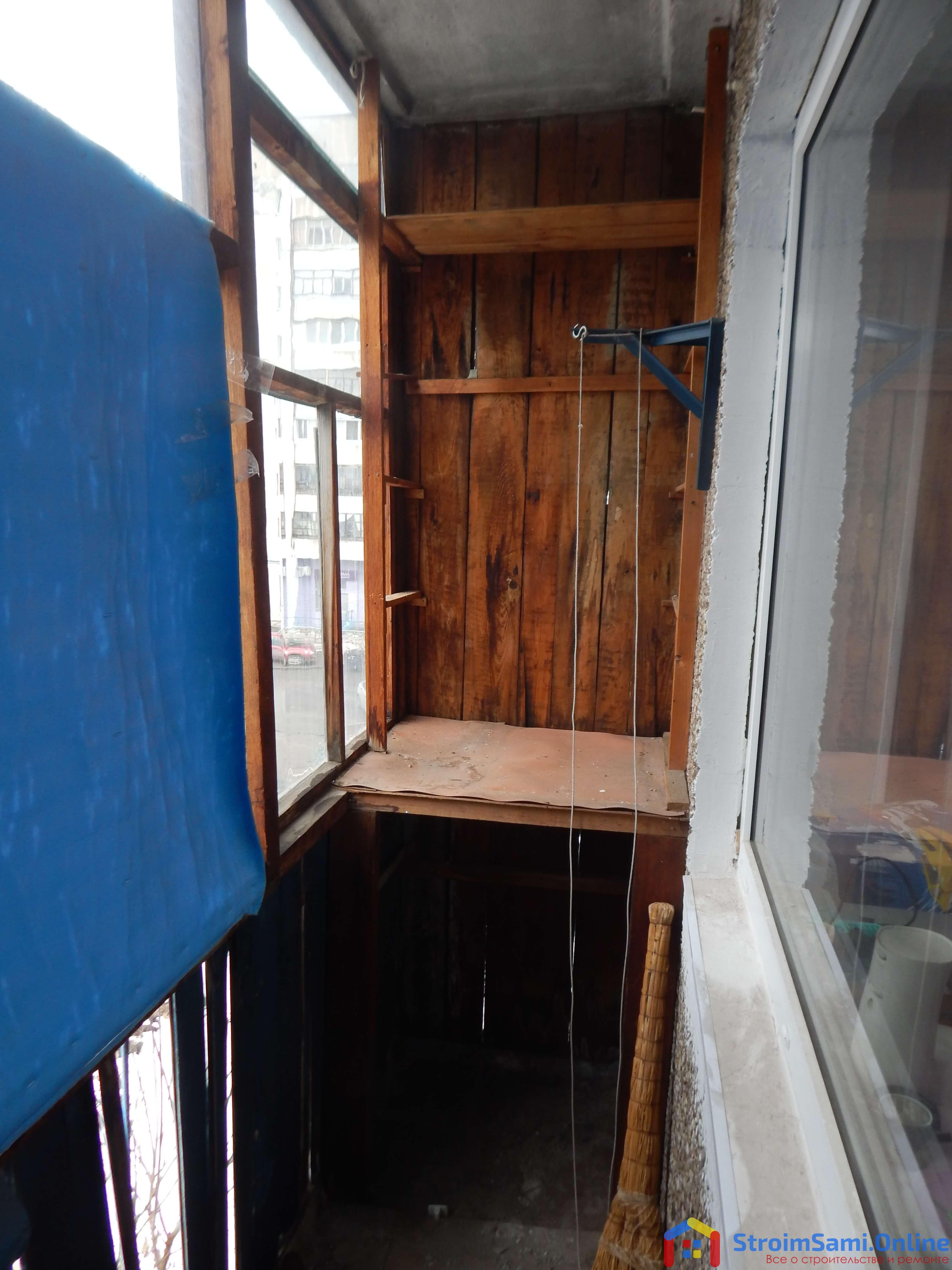 Фото 4: здесь были полки я ящики для хранения вещей на балконе