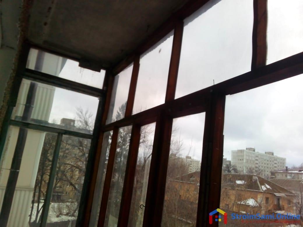 Фото 10: старые оконные рамы на балконе с левой стороны