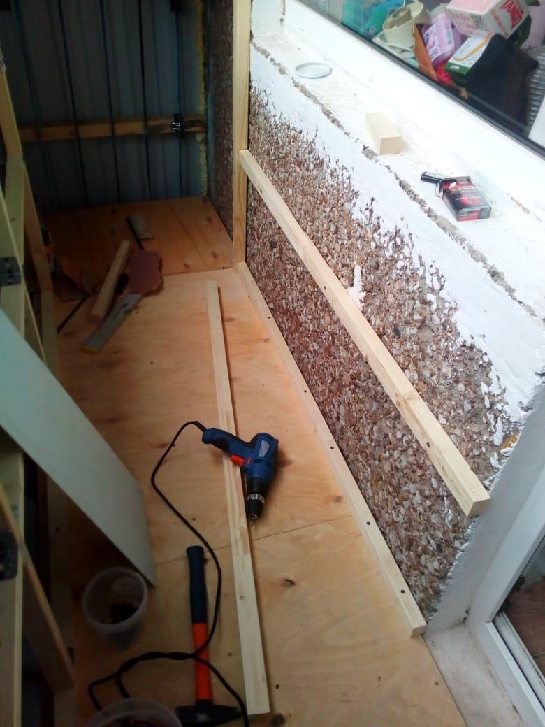 Фото 32: набил рейки к стене. Здесь не полностью готово, на самом деле там 3 ряда горизонтальных реек и дополнительно 4-я для подоконника
