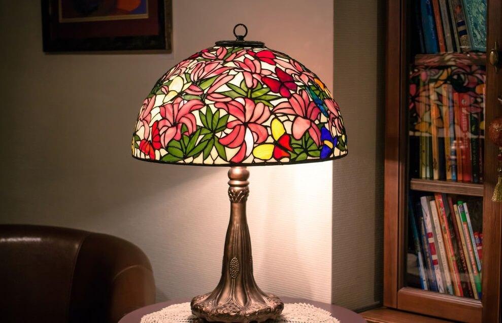 На фото: настольная лампа Тиффани