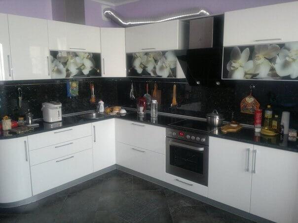 На фото: угловая кухня с фотопечатью