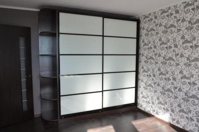 На фото: шкаф-купе с закрытыми дверями