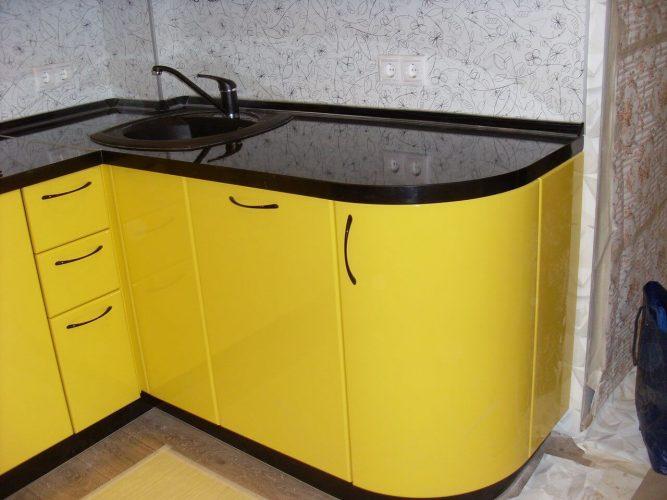 На фото: кухня с радиусным фасадом