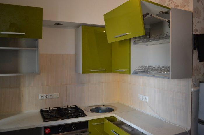 На фото: угловая кухня с духовым шкафом и варочной панелью