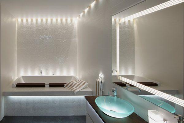 Линейное освещение ванной комнаты