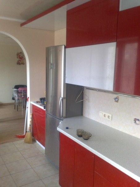 На фото: кухня с холодильником