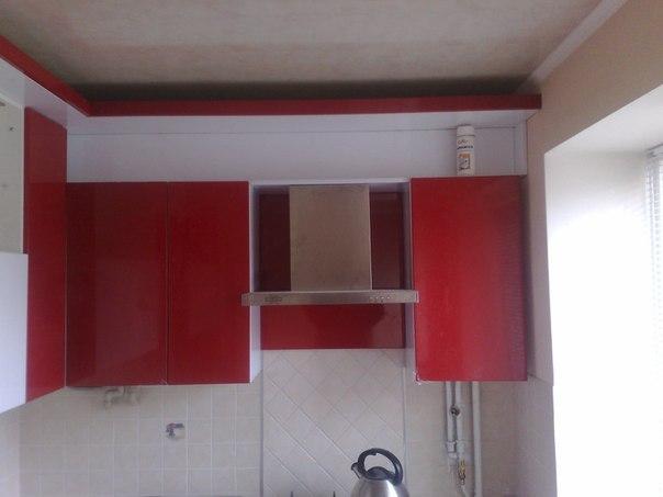 На фото: верхние шкафы кухонного гарнитура