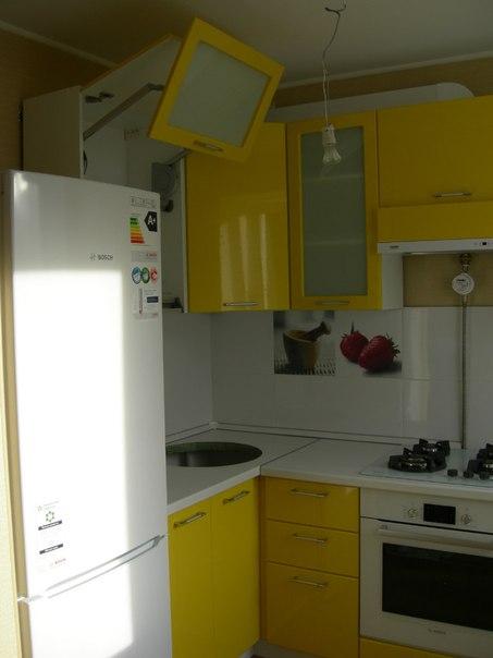 На фото: маленькая кухня с холодильником