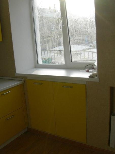 На фото: кухонный ящик под подоконником