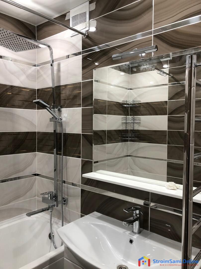 На фото: зеркало с полкой в ванной комнате
