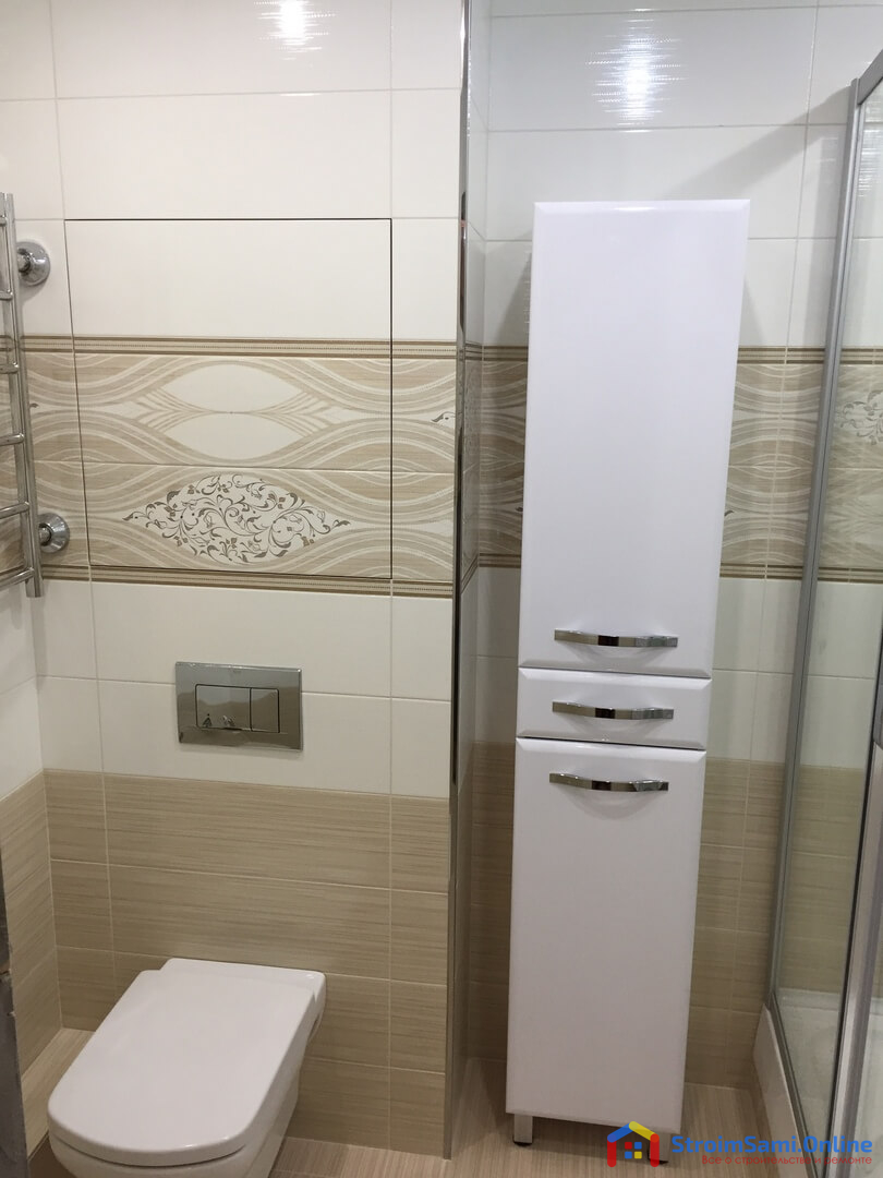 На фото: шкаф с полками в ванной