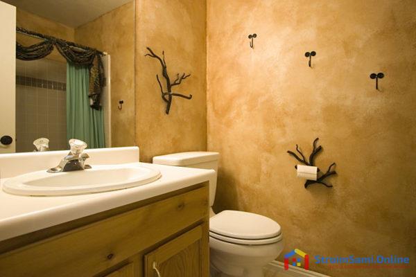 На фото: отделка стен в ванной декоративной штукатуркой