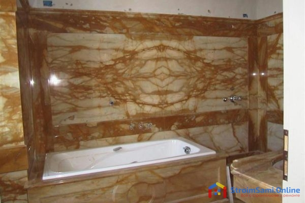 На фото: отделка стен в ванной агломератом