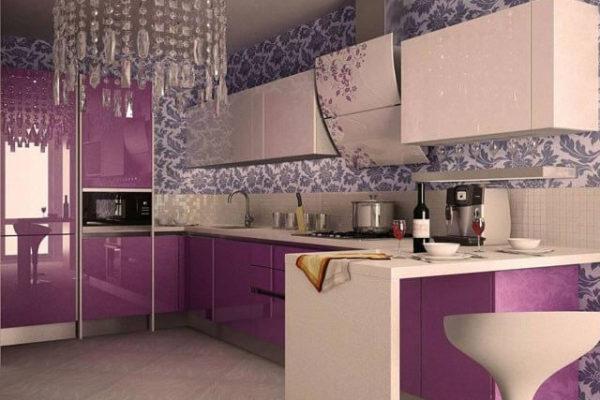 На фото: кухня с глянцевыми фасадами