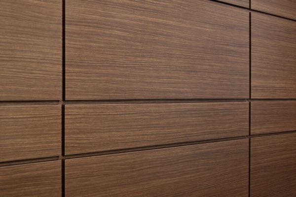 На фото: шпонированные стеновые панели