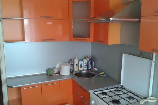 На фото: маленькая угловая кухня