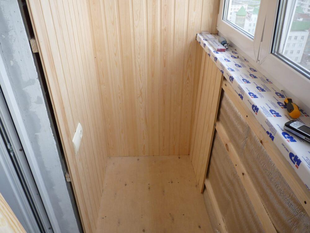 На фото: обшивка лоджии вагонкой