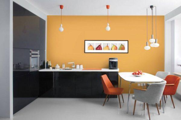 На фото: кухня с покрашенными стенами