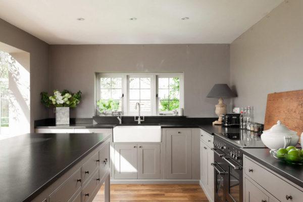 На фото: дизайн кухни без навесных шкафов