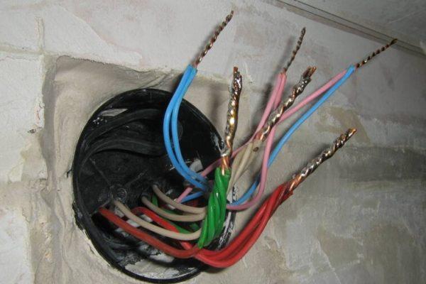 На фото: скрутка проводов