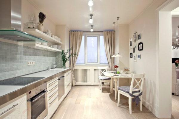На фото: светлая кухня без навесных шкафов