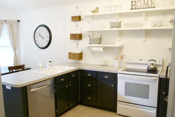 На фото: кухня с верхними полками
