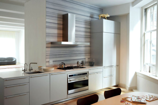 На фото: кухня с пеналом без верхних ящиков