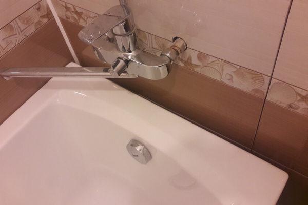 На фото: щель между ванной и стеной