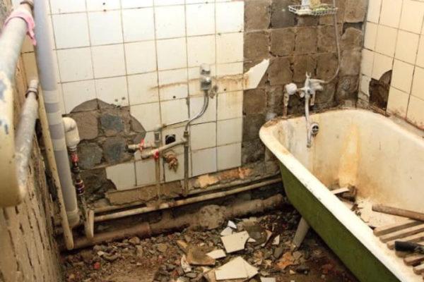 На фото: демонтаж в ванной комнате