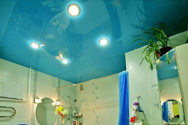 На фото: натяжной потолок в ванной комнате