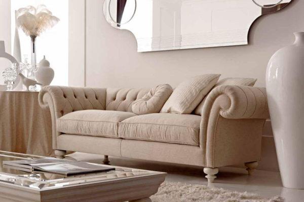 На фото: современный диван с элементами классики