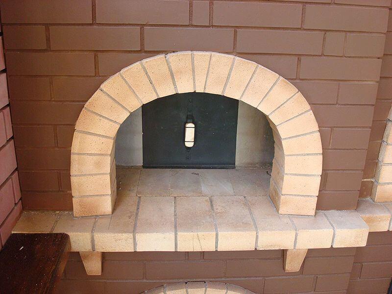 На фото: арка в печи из шамотного кирпича