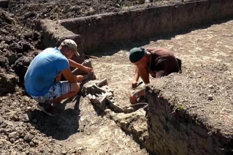 В Краснодарском крае археологи обнаружили два семейных погребения