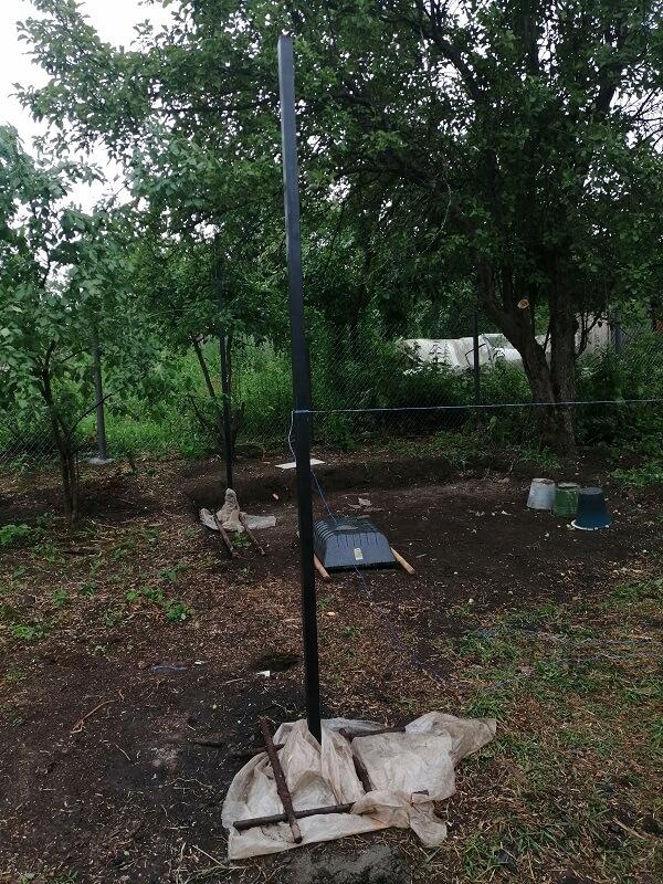 Далее разметили территорию, при помощи садового бура выкопали лунки глубиной 1 метр и утопили в них первые опоры из профильной трубы 60*40.
