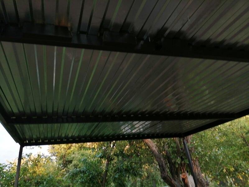 Вот так выглядит крыша навеса изнутри. Вот только зачем приварили эти отрезки профиля я так и не понял))) Наверное, чтобы не выкидывать остатки)))
