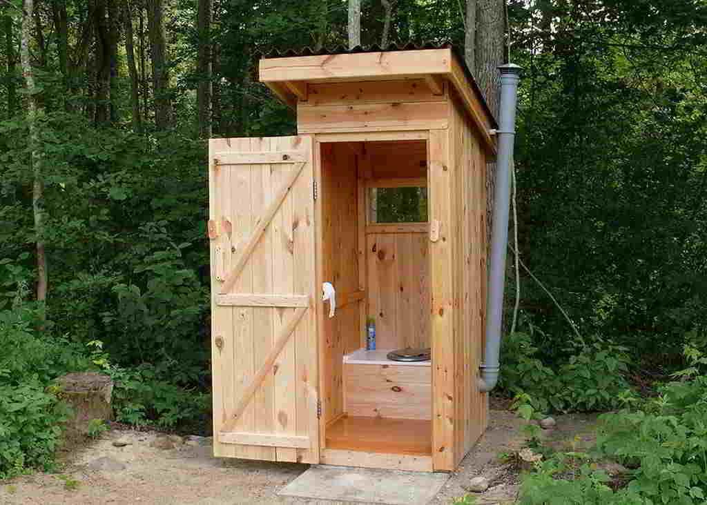 На фото: дачный туалет