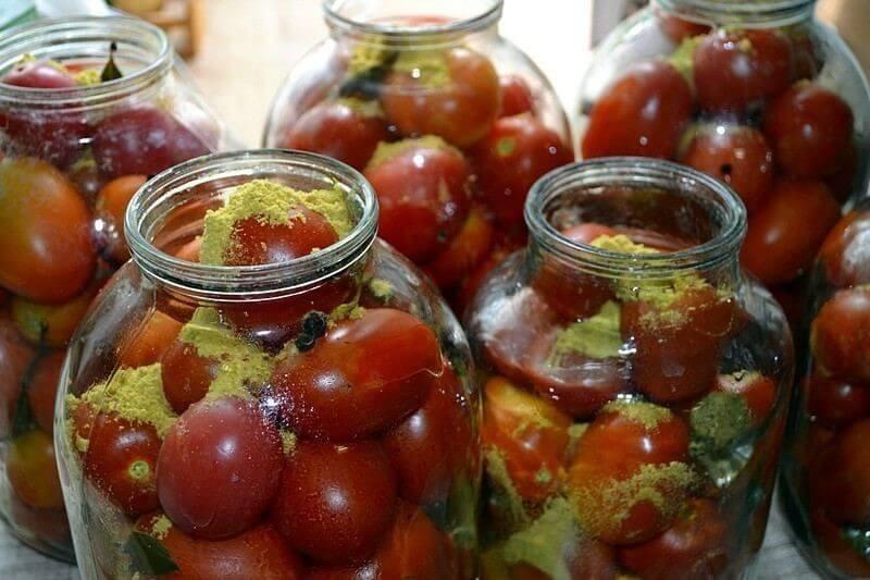 На фото: помидоры в банках с горчичным порошком